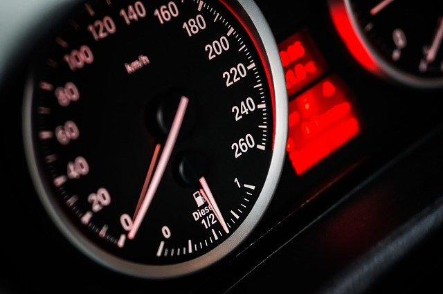 compteur vitesse voiture véhicule d'occasion