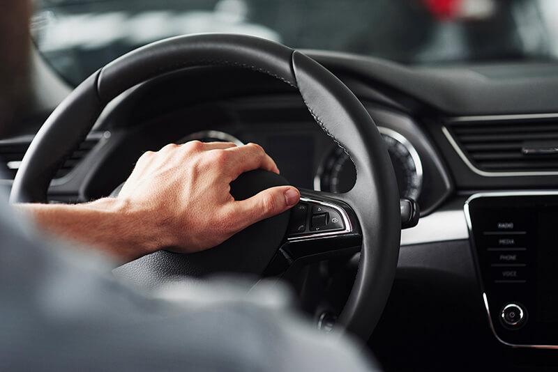 homme main sur volant-voiture-occasion
