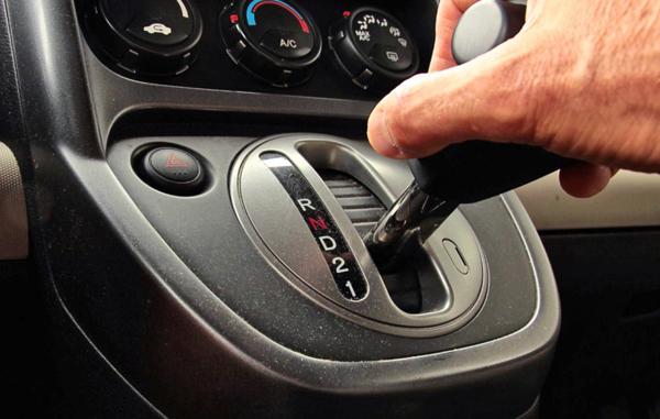 main sur le levier de vitesse boite automatique