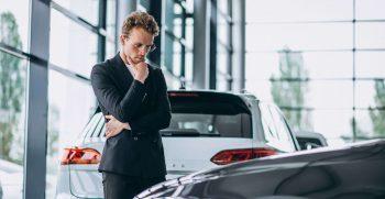 Une personne regardant un véhicule à acheter